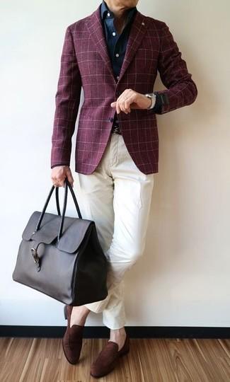 Cómo combinar: blazer de tartán burdeos, camisa vaquera azul marino, pantalón chino blanco, mocasín de ante en marrón oscuro