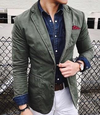 Cómo combinar: blazer de algodón verde oliva, camisa vaquera azul marino, pantalón chino blanco, pañuelo de bolsillo a lunares rojo