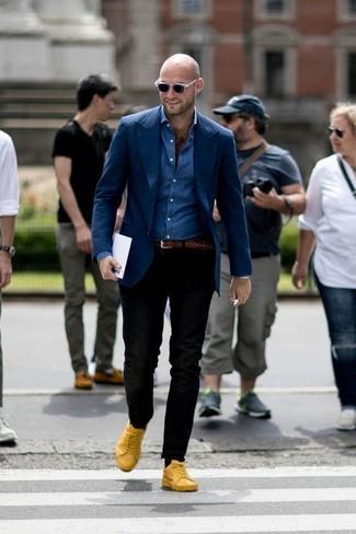 Cómo combinar: blazer azul marino, camisa vaquera azul, pantalón chino negro, tenis de cuero amarillos