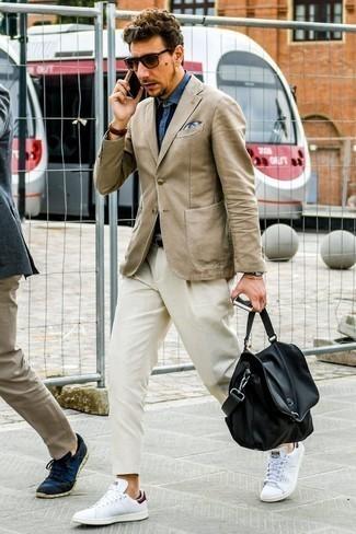 Cómo combinar un portafolio de cuero negro: Ponte un blazer marrón claro y un portafolio de cuero negro para un look agradable de fin de semana. Con el calzado, sé más clásico y complementa tu atuendo con tenis de cuero blancos.