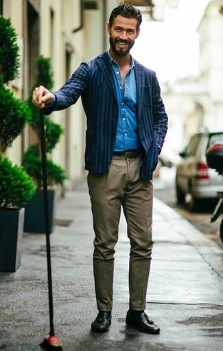 Cómo combinar un pantalón chino marrón: Ponte un blazer de rayas verticales azul marino y un pantalón chino marrón para lograr un look de vestir pero no muy formal. Mocasín con borlas de cuero negro proporcionarán una estética clásica al conjunto.