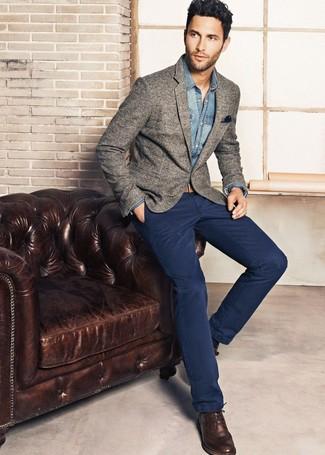 Look de moda: Blazer de lana gris, Camisa vaquera azul, Pantalón chino azul marino, Zapatos brogue de cuero en marrón oscuro