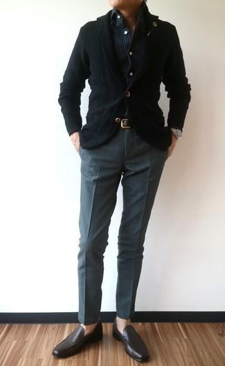 Cómo combinar: blazer de punto negro, camisa vaquera de rayas verticales azul marino, pantalón de vestir en gris oscuro, mocasín de cuero en marrón oscuro