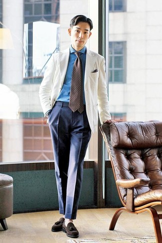 Cómo combinar: blazer blanco, camisa vaquera azul, pantalón de vestir azul marino, mocasín con borlas de ante en marrón oscuro