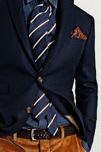 Cómo combinar: blazer de lana azul marino, camisa vaquera azul marino, pantalón de vestir de pana marrón, corbata de rayas verticales en azul marino y blanco