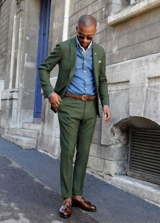 Cómo combinar: blazer verde oscuro, camisa vaquera azul, pantalón de vestir verde oscuro, mocasín con borlas de cuero en marrón oscuro