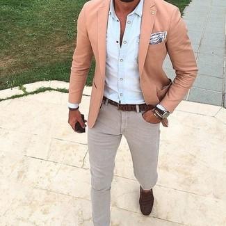 Destaca entre otros civiles elegantes con un blazer rosado de Asos y unos vaqueros grises. Mocasín de cuero marrón oscuro son una opción perfecta para completar este atuendo.