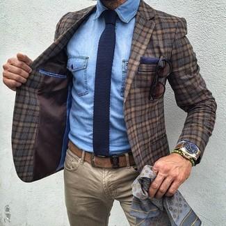 Cómo combinar: blazer de lana de tartán marrón, camisa vaquera celeste, vaqueros marrón claro, corbata de punto azul marino