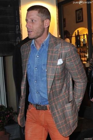 La versatilidad de un blazer de tartán gris y unos vaqueros naranjas los hace prendas en las que vale la pena invertir.