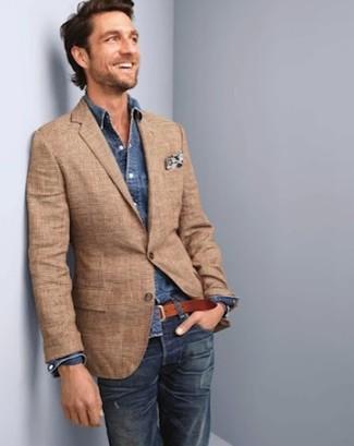 Cómo combinar: blazer de tartán marrón claro, camisa vaquera azul marino, vaqueros azul marino, pañuelo de bolsillo con print de flores blanco