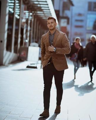 Cómo combinar: blazer en tabaco, camisa vaquera gris, vaqueros pitillo negros, botines chelsea de ante en marrón oscuro