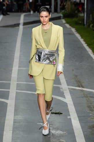Cómo combinar: blazer en amarillo verdoso, camiseta con cuello circular verde oliva, bermudas en amarillo verdoso, zapatos de tacón de cuero blancos
