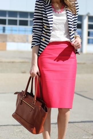 Cómo combinar: blazer de rayas horizontales en blanco y azul marino, camiseta con cuello circular de encaje blanca, falda lápiz rosa, bolso de hombre de cuero marrón