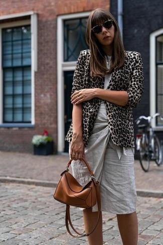 Cómo combinar: blazer de leopardo en beige, camiseta con cuello circular gris, falda lápiz gris, bolso bandolera de cuero en tabaco