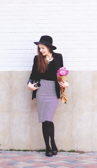 Cómo combinar una falda lápiz de rayas horizontales en blanco y negro: Ponte un blazer negro y una falda lápiz de rayas horizontales en blanco y negro para una apariencia fácil de vestir para todos los días. ¿Quieres elegir un zapato informal? Opta por un par de bailarinas de cuero con adornos negras para el día.