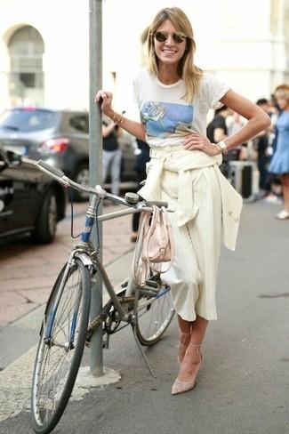 Cómo combinar: blazer de rayas verticales en beige, camiseta con cuello circular estampada blanca, falda pantalón de rayas verticales en beige, zapatos de tacón de lona en beige