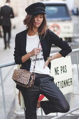 Los días ocupados exigen un atuendo simple aunque elegante, como un blazer negro y una falda pantalón negra de mujeres de Marni.