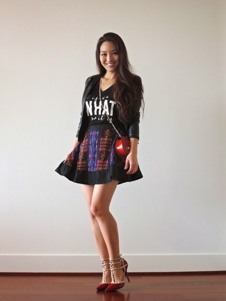 Cómo combinar: blazer de cuero negro, camiseta con cuello circular estampada en negro y blanco, falda skater estampada negra, zapatos de tacón de cuero rojos