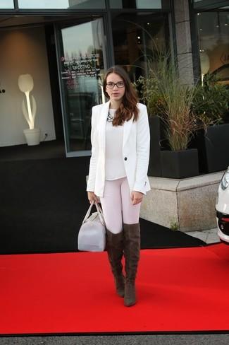Cómo combinar: blazer blanco, camiseta con cuello circular blanca, leggings rosados, botas sobre la rodilla de ante en marrón oscuro
