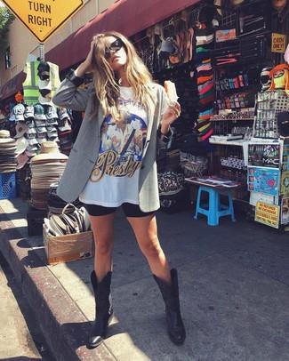Cómo combinar unas botas camperas de cuero negras: Opta por un blazer gris y unas mallas ciclistas negras para una apariencia fácil de vestir para todos los días. ¿Quieres elegir un zapato informal? Completa tu atuendo con botas camperas de cuero negras para el día.