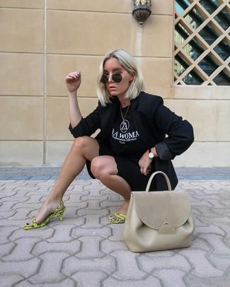 Cómo combinar: blazer negro, camiseta con cuello circular estampada en negro y blanco, mallas ciclistas negras, sandalias de tacón de cuero en amarillo verdoso