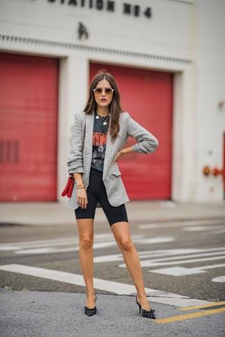 Cómo combinar: blazer gris, camiseta con cuello circular estampada en gris oscuro, mallas ciclistas negras, zapatos de tacón de lona estampados en negro y blanco