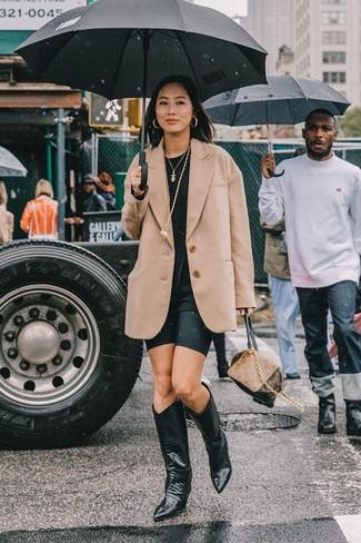 Cómo combinar: blazer de lana marrón claro, camiseta con cuello circular negra, mallas ciclistas negras, botas camperas de cuero negras