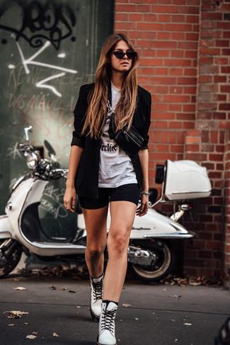 Cómo combinar: blazer negro, camiseta con cuello circular estampada en blanco y negro, mallas ciclistas negras, botas planas con cordones de cuero blancas
