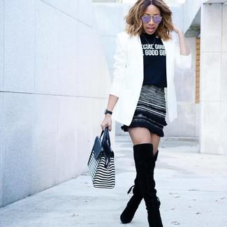 Cómo combinar: blazer blanco, camiseta con cuello circular estampada en negro y blanco, minifalda de lana negra, botas sobre la rodilla de ante negras