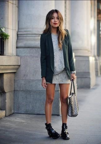 Cómo combinar: blazer verde oscuro, camiseta con cuello circular gris, minifalda gris, botines de cuero con recorte negros
