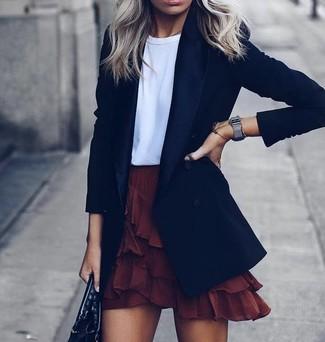 Cómo combinar: blazer negro, camiseta con cuello circular blanca, minifalda con volante burdeos, bolsa tote de cuero negra