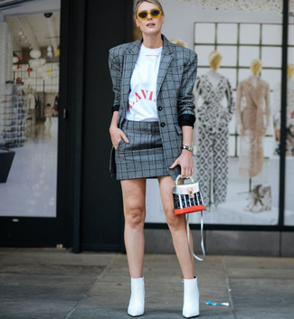 Cómo combinar: blazer de tartán gris, camiseta con cuello circular estampada en blanco y rojo, minifalda de tartán gris, botines de cuero blancos