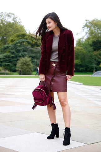 Cómo combinar: blazer de terciopelo burdeos, camiseta con cuello circular gris, minifalda de cuero roja, botines con cordones de ante negros