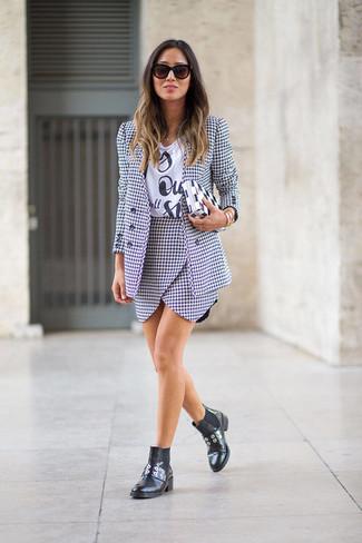 Cómo combinar: blazer de pata de gallo en blanco y negro, camiseta con cuello circular estampada en blanco y negro, minifalda de pata de gallo en blanco y negro, botines chelsea de cuero negros