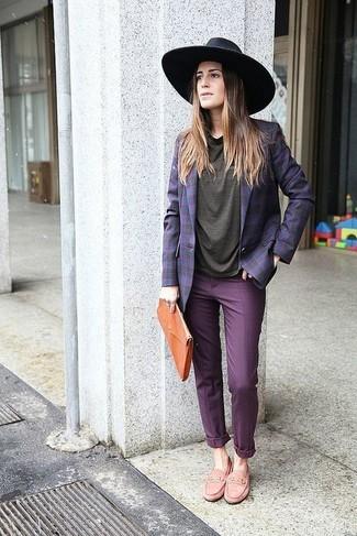 Emparejar un blazer de tartán violeta y un pantalón chino morado es una opción cómoda para hacer diligencias en la ciudad. Luce este conjunto con mocasín.