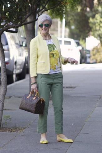 Cómo combinar: blazer amarillo, camiseta con cuello circular estampada en blanco y amarillo, pantalón chino verde, bailarinas de cuero amarillas