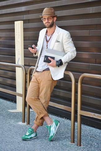 Cómo combinar: blazer de lino blanco, camiseta con cuello circular blanca, pantalón chino marrón claro, deportivas verdes