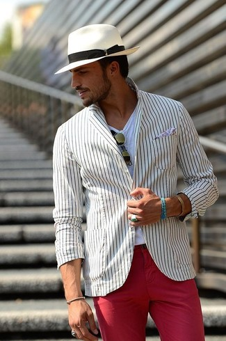 Cómo combinar un blazer de rayas verticales blanco: Casa un blazer de rayas verticales blanco con un pantalón chino rojo para un lindo look para el trabajo.
