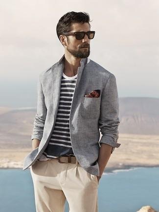 Look de moda: Blazer de algodón gris, Camiseta con cuello circular de rayas horizontales en blanco y azul marino, Pantalón chino en beige, Pañuelo de bolsillo a lunares marrón