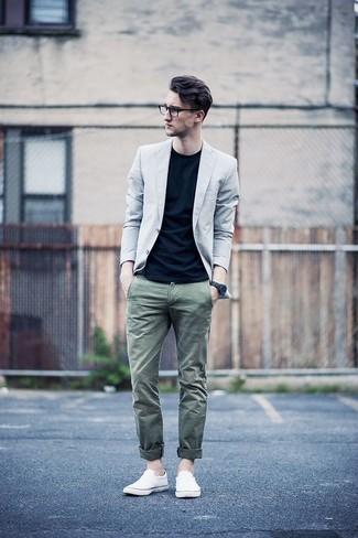 Cómo combinar: blazer gris, camiseta con cuello circular negra, pantalón chino verde oliva, zapatillas slip-on de lona blancas