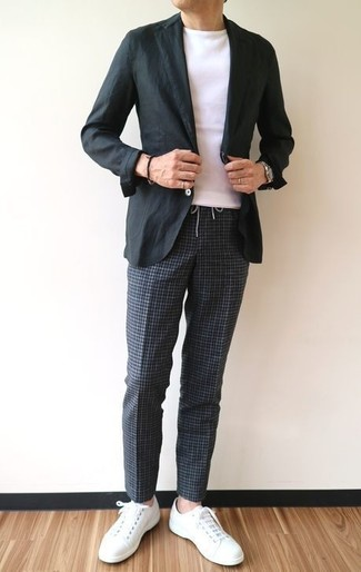 Cómo combinar: blazer de algodón negro, camiseta con cuello circular blanca, pantalón chino a cuadros en gris oscuro, tenis de cuero blancos