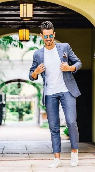 Cómo combinar: blazer azul, camiseta con cuello circular blanca, pantalón chino azul, tenis de cuero blancos
