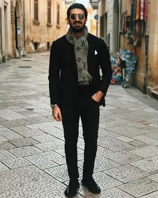 Cómo combinar: blazer negro, camiseta con cuello circular negra, pantalón chino negro, deportivas negras
