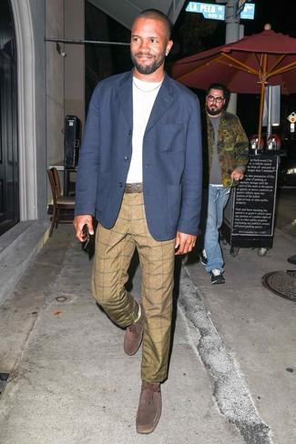 Cómo combinar: blazer azul marino, camiseta con cuello circular blanca, pantalón chino a cuadros marrón claro, botas safari de ante en marrón oscuro