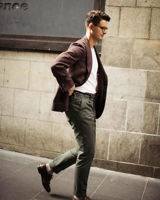 Cómo combinar un blazer de lana en marrón oscuro: Empareja un blazer de lana en marrón oscuro con un pantalón chino verde oliva para las 8 horas. Agrega zapatos brogue de cuero marrónes a tu apariencia para un mejor estilo al instante.