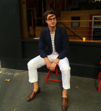 Cómo combinar: blazer azul marino, camiseta con cuello circular de rayas horizontales en blanco y azul marino, pantalón chino blanco, mocasín de cuero marrón