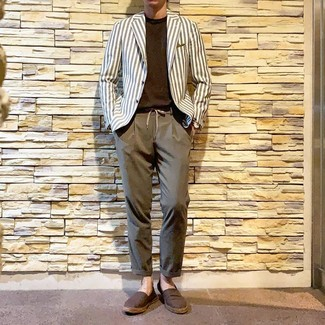 Cómo combinar: blazer de rayas verticales blanco, camiseta con cuello circular en marrón oscuro, pantalón chino marrón, alpargatas de lona marrónes