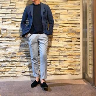 Cómo combinar: blazer azul marino, camiseta con cuello circular azul marino, pantalón chino celeste, mocasín con borlas de ante negro