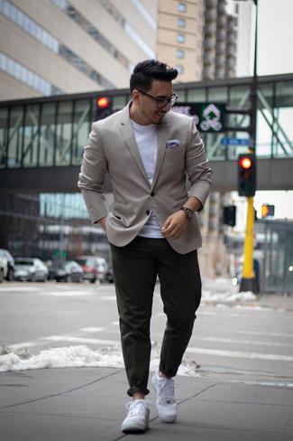 Cómo combinar un blazer gris: Intenta combinar un blazer gris junto a un pantalón chino verde oscuro para crear un estilo informal elegante. ¿Por qué no añadir tenis de cuero blancos a la combinación para dar una sensación más relajada?