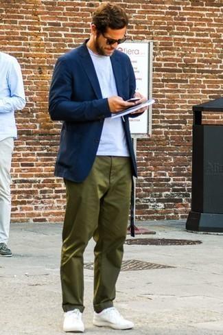 Cómo combinar unos calcetines burdeos: Intenta combinar un blazer azul marino junto a unos calcetines burdeos para un look agradable de fin de semana. Con el calzado, sé más clásico y elige un par de tenis blancos.
